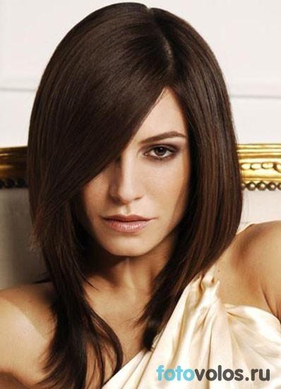 Стрижка с длинной косой чёлкой на средние волосы
