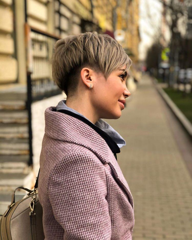 стильная стрижка пикси на русых волосах